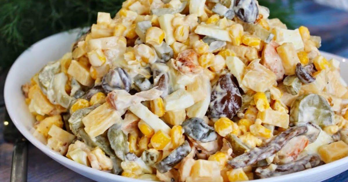 салат с жареными грибами и рыбой